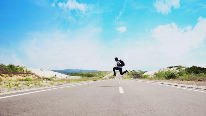 mann springt über mittellinie strasse
