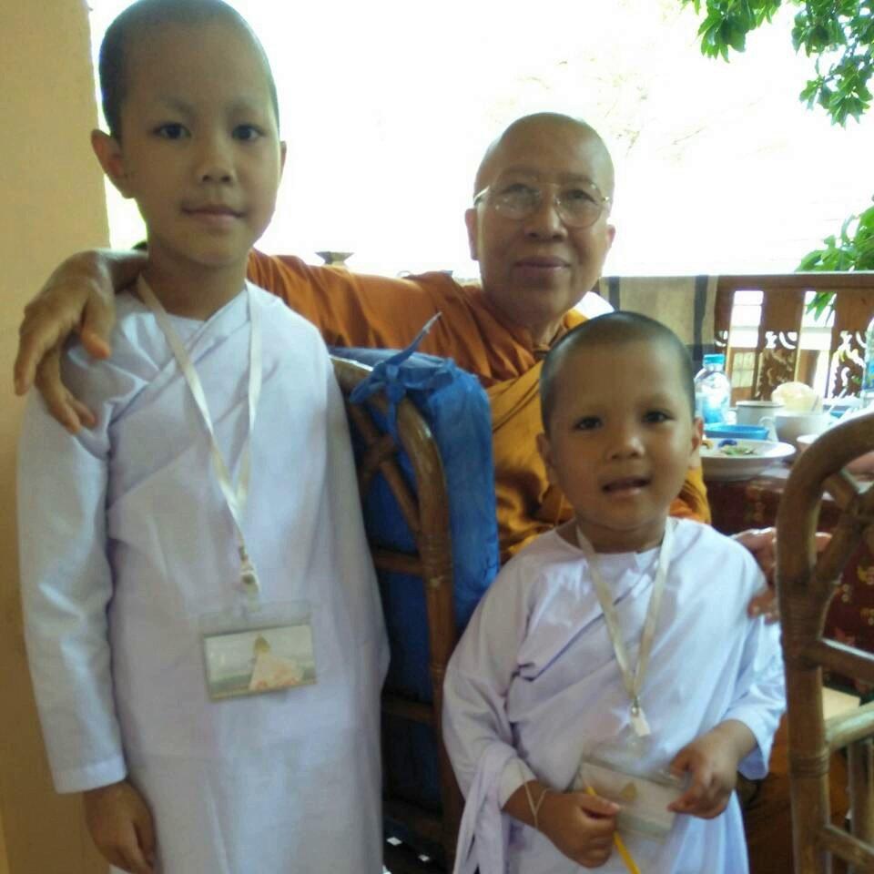 kinderbesuch im kloster buddhirefuge